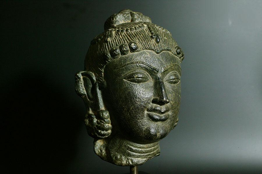 アンティーク インド 女神の玄武岩頭部像(スラスンダリ) 12世紀